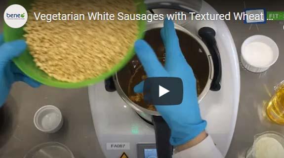Haga salchichas blancas vegetarianas con proteína de trigo texturizada.